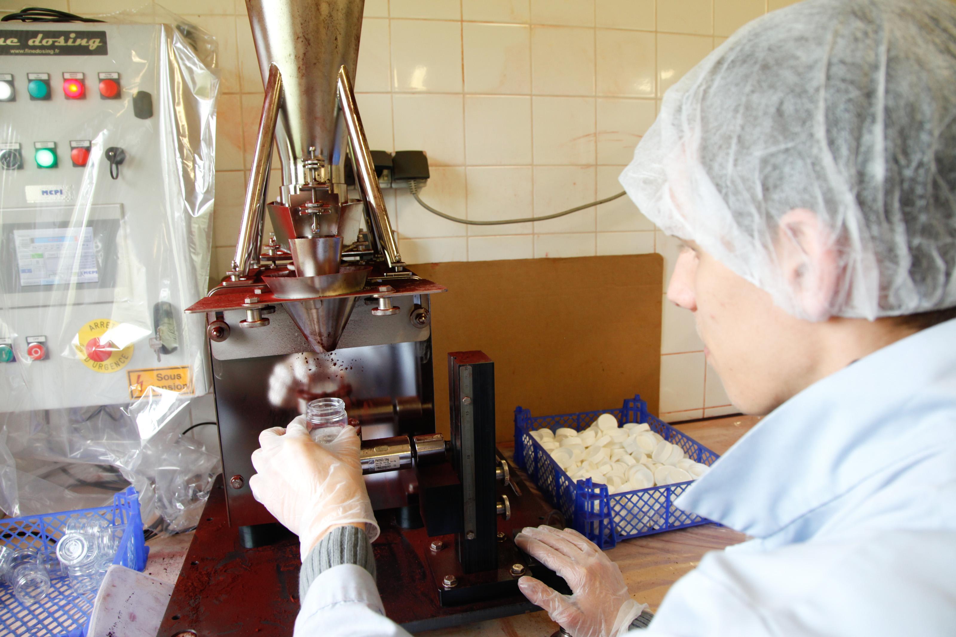 ESAT Les Ateliers Château Gaillard (Les Andelys) - Remplissage de colorants alimentaires
